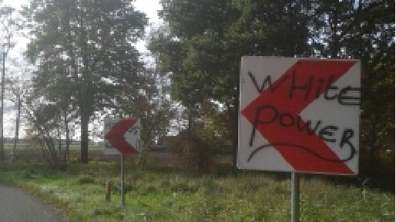 Hakenkruizen en racistische leuzen op Verkeersborden langs de weg De Haar in Assen