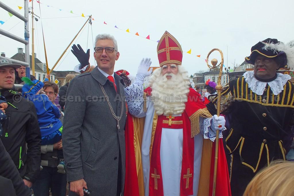 Video: Sinterklaas vaart Assen weer binnen