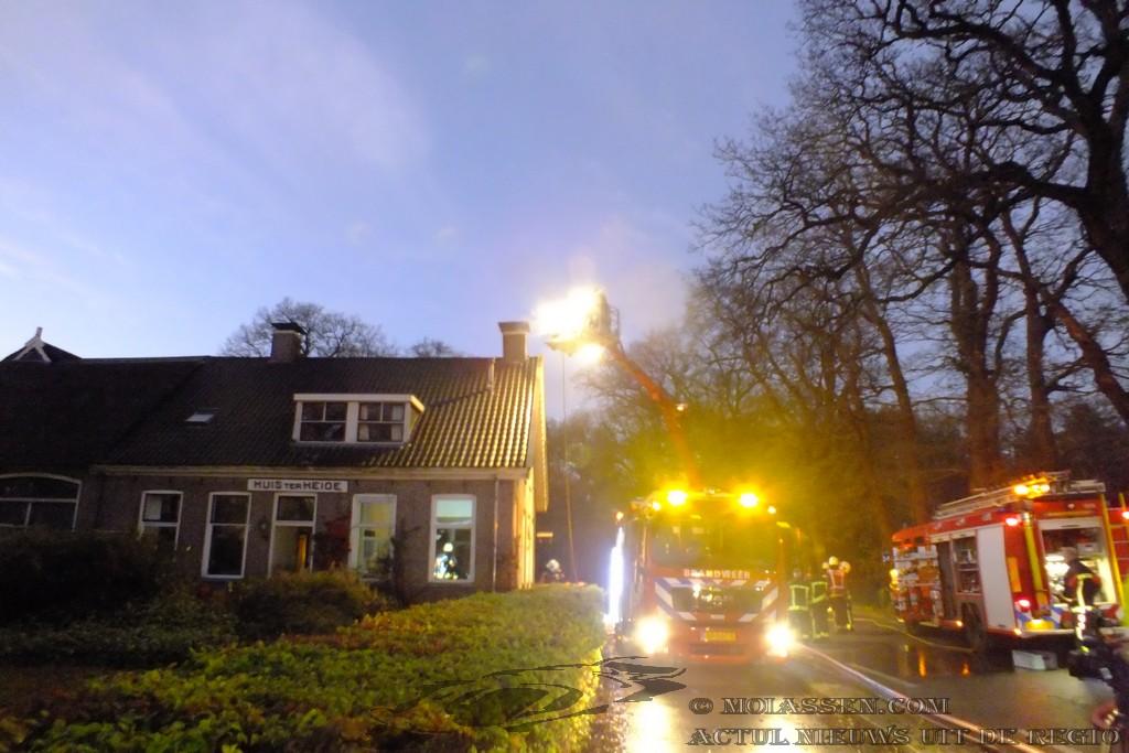 Schoorsteenbrand slaat over naar dak van boerderij