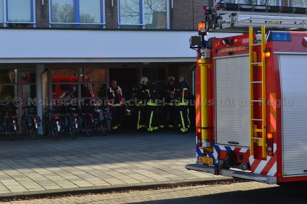 Brandweer Assen voor een nacontrole aan MR. P.J. Troelstralaan in Assen