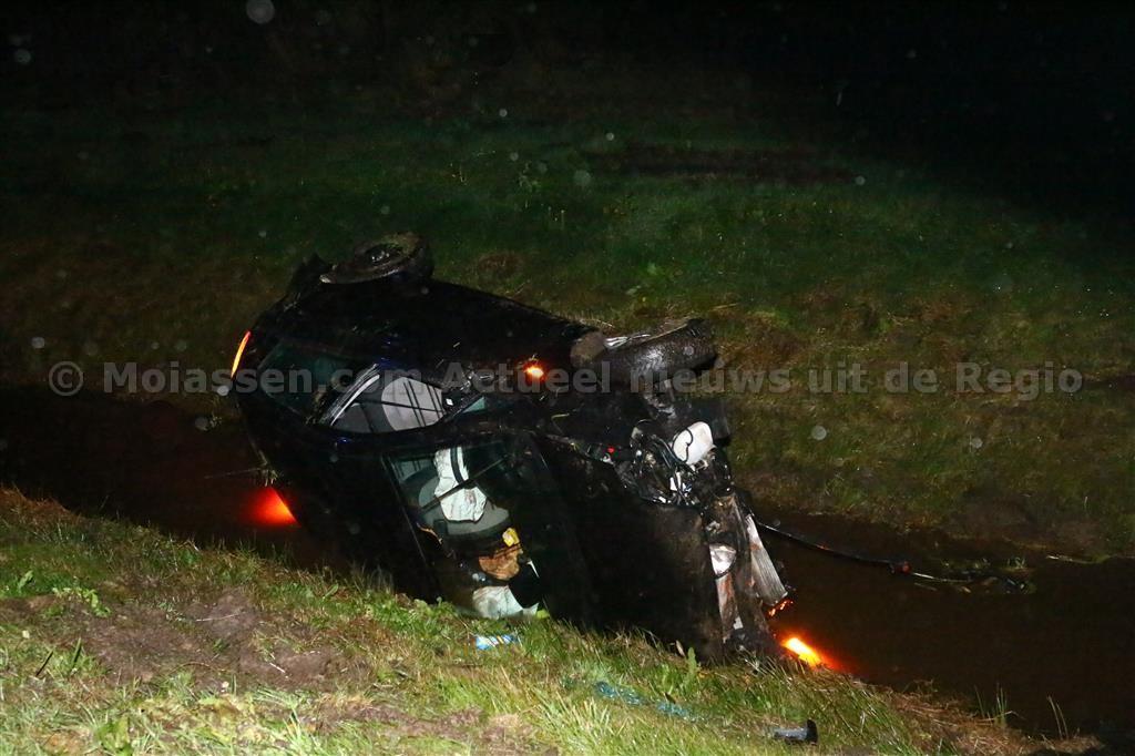 Auto slaat over de kop en beland in bermsloot N 33