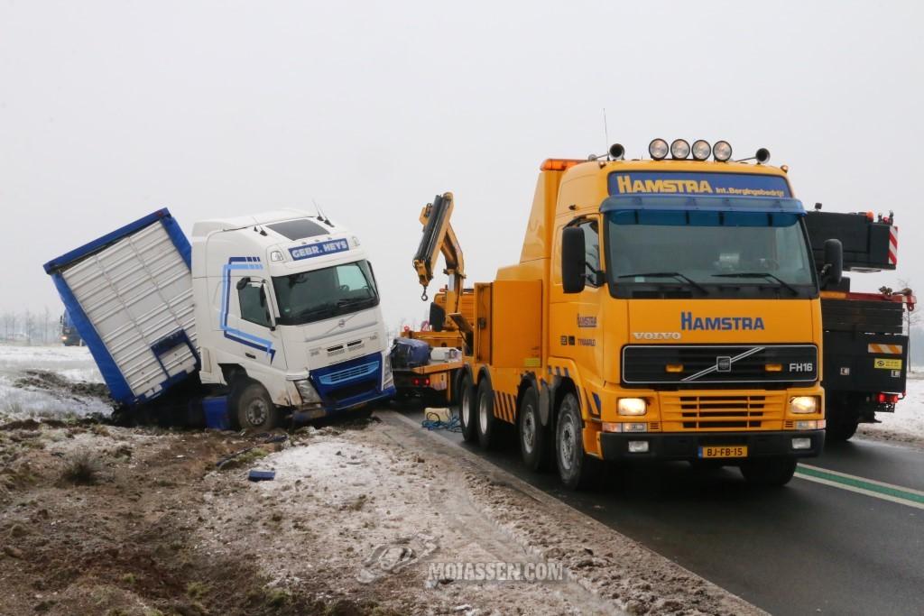 Vrachtwagen door gladheid van de weg op N34