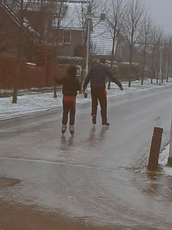 mooi foto's van mensen die op de straat schaatsen