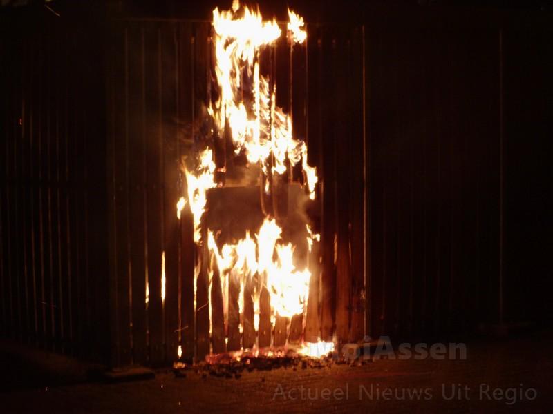 Brand in fietsenhok achter het CBR in Assen