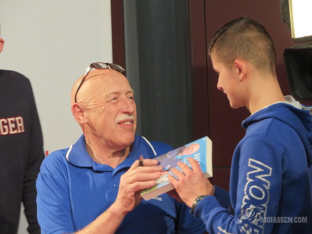 Dierenarts Jan Pol signeert zijn nieuwe boek in Assen
