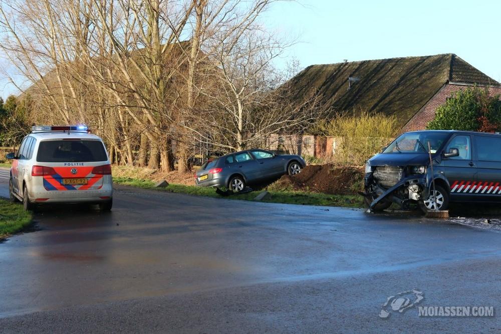 Twee auto's botsen op elkaar in Exloërveen