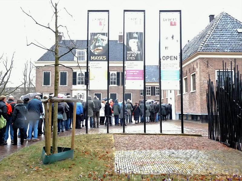 Bezoekers van Drents Museum wachten in de regen