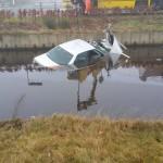 Door de dichte mist: auto te water raakt in de Kolonievaart in Veenhuizen