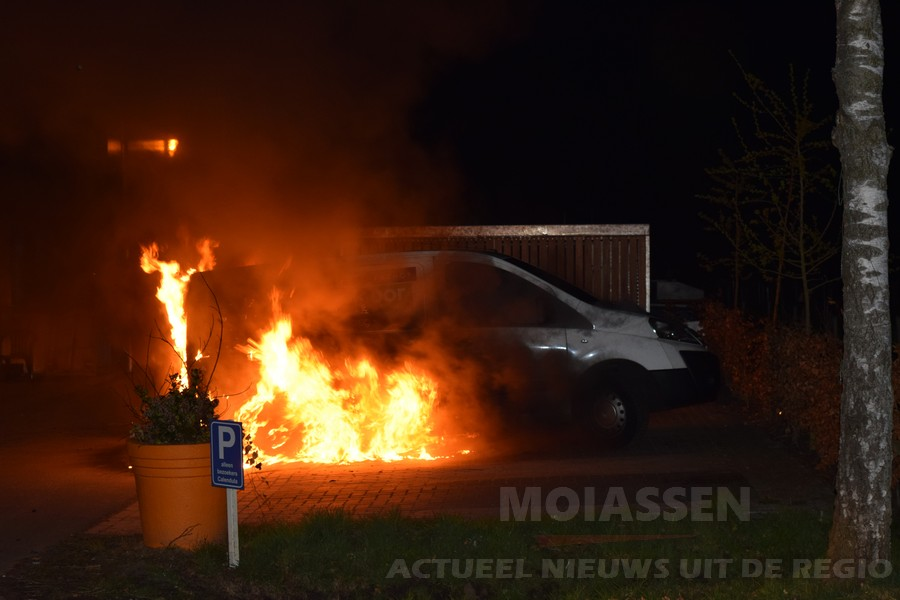 Bestelbus uitgebrand op terrein Vanboeijen in Assen (VIDEO)