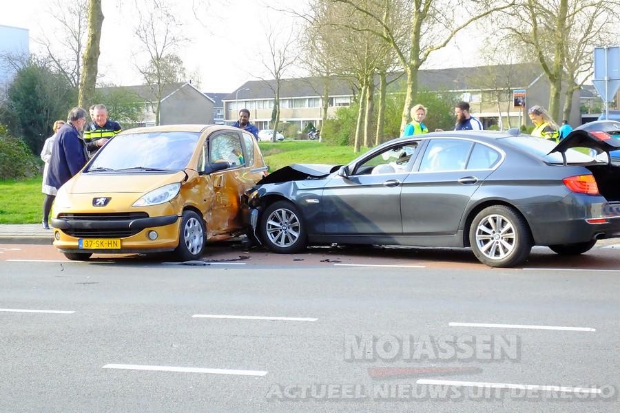 Veel schade maar geen letsel bij ongeval op Thorbeckelaan in Assen (VIDEO)