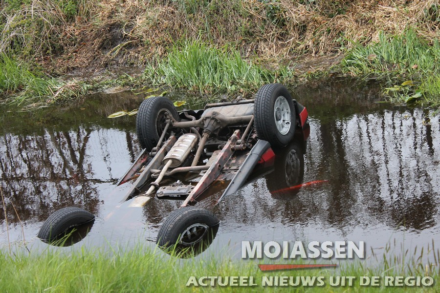 Personenauto  te water in Smilde