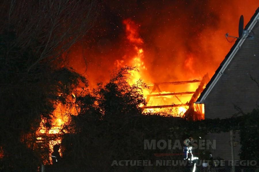 Brand verwoest schuur achter woning in Annen