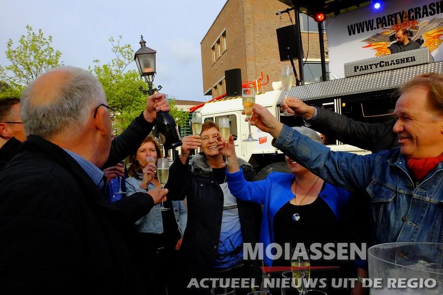 Wethouder Wiersma rijdt met motor door spandoek