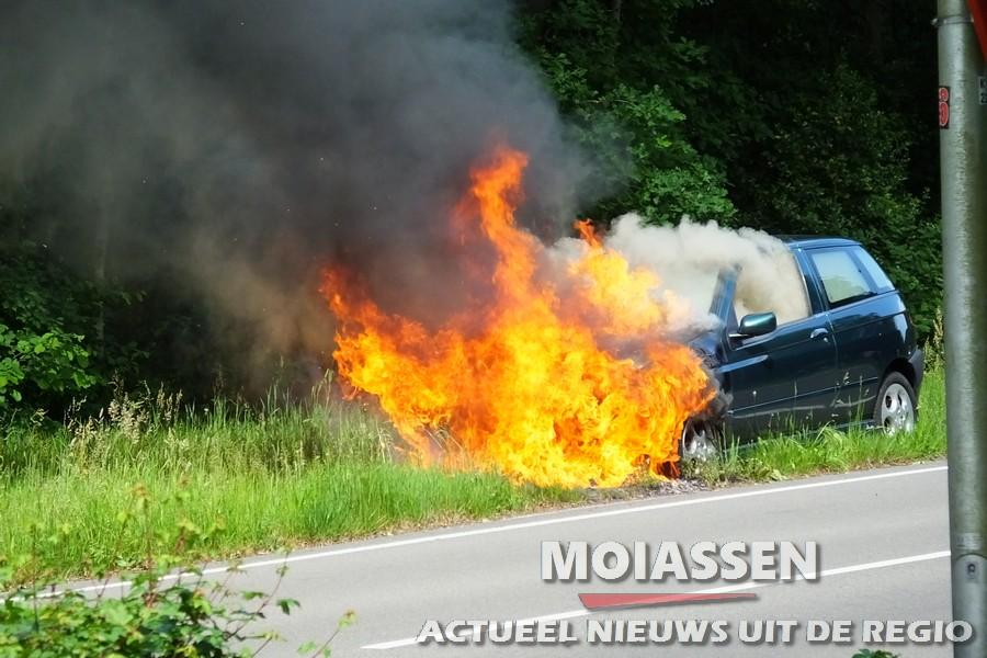 Auto haalt garage niet vliegt in brand