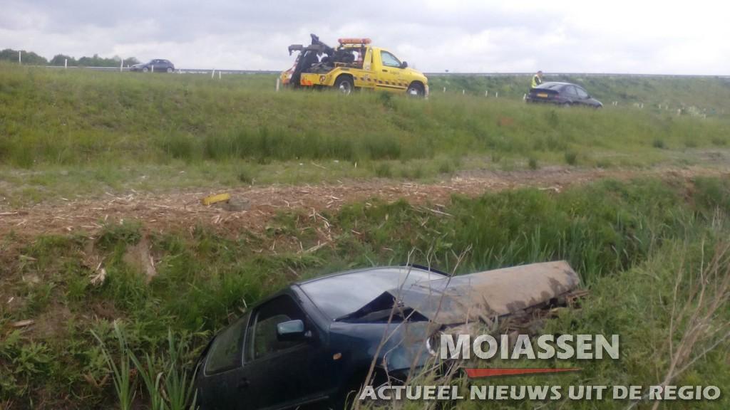 Autmobilist raakt in de slipt op A28 en raakt gewond (VIDEO)