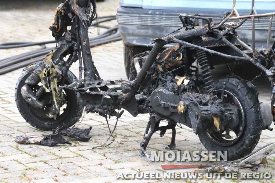Bromfiets gaat in vlammen op bij brand in een woning Nieuweroord (VIDEO)