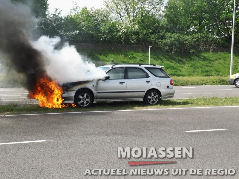 Personenauto vat spontaan vlam onder de motorkap in Assen (update Video)