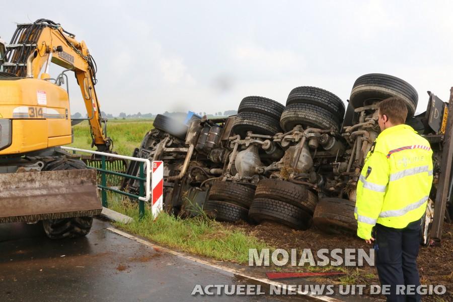 Vrachtwagen raakt van de weg bij Gieten