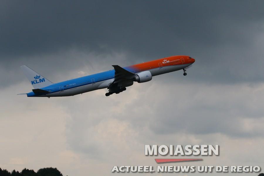 Oranje KLM Boeing 77 trekt bekijks op Groningen Airport Eelde