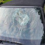 Baksteen op de voorruit van de auto gegooid in Roden