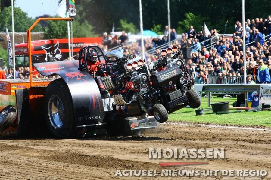 Publiek geniet van weer bij Tractorpulling Eext