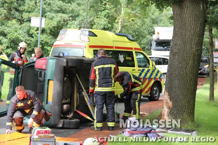 Bestuurder uit Norg door brandweer uit voertuig bij ongeval op de Meent te Norg