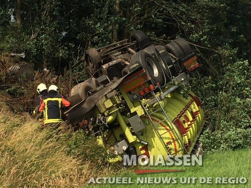 Vrachtwagen van talud A28 tussen Assen en Vries