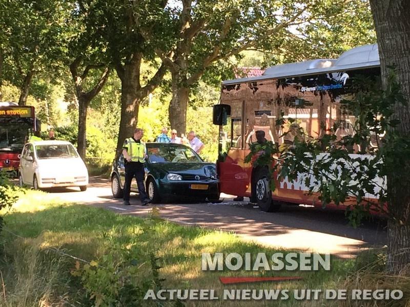 Echtpaar gewond bij ongeval met auto en bus aan de Hoofdstraat in Zeijen