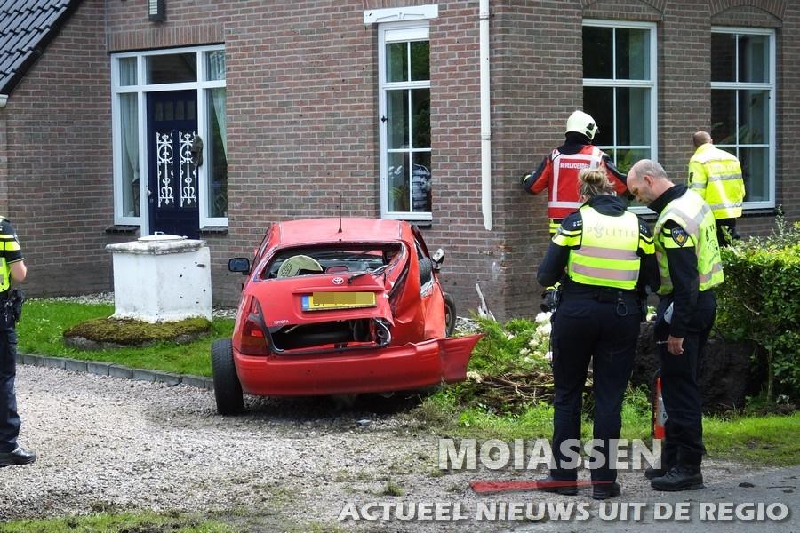 Automobilist rijdt tegen huis aan de Hoofdweg in Bovensmilde