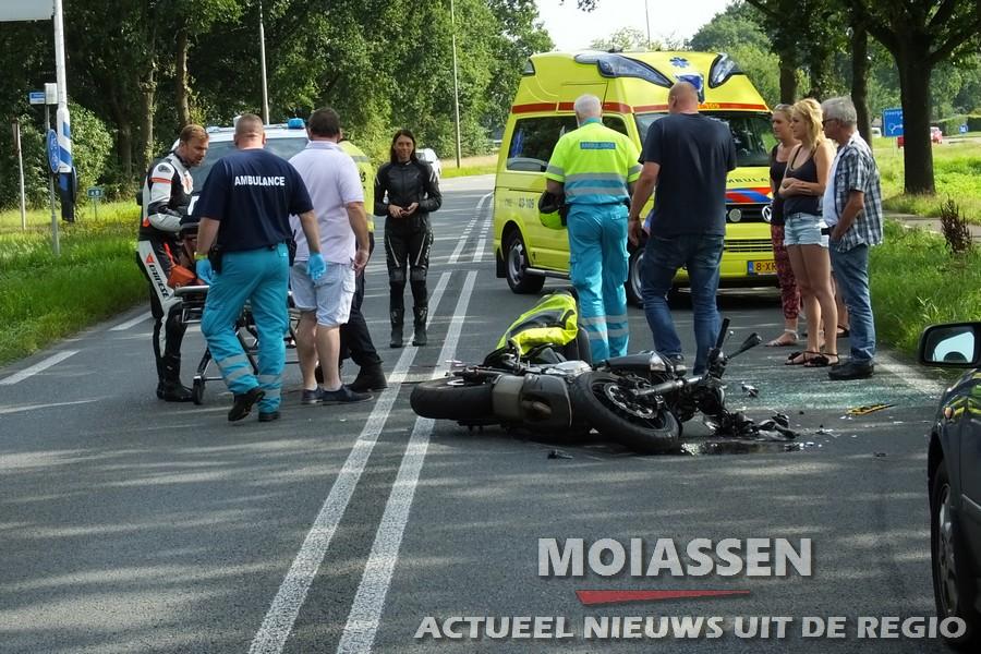 Motorrijder knalt op  personenauto tussen Assen en Smilde