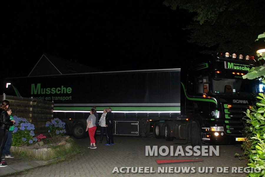 Vrachtwagenchauffeur rijdt zich vast in woonwijk in Assen