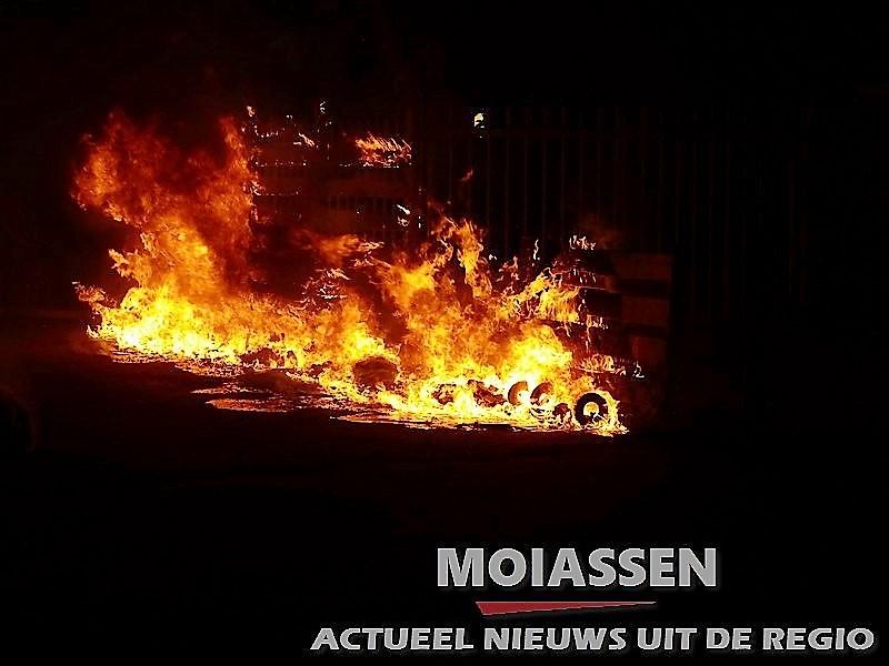 Containers en schutting gaan in vlammen op in de wijk Assen Oost