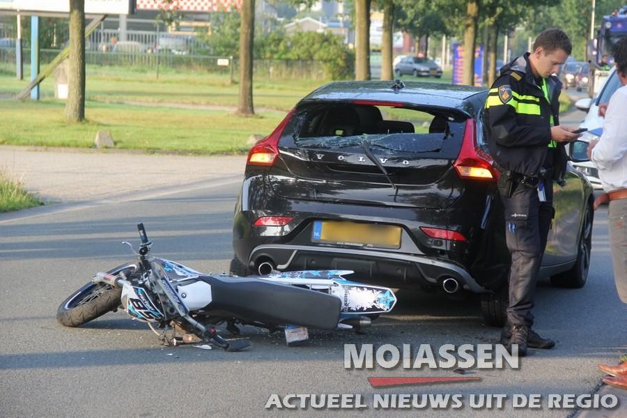 Bromfiets  klapt achter op auto in Assen