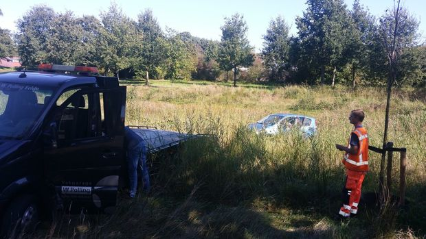 Auto beland in vijver aan de Pinksterbloem in Eelde