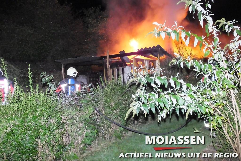 Tuinhuisje door brand verwoest in Assen (Video)