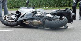 Motorrijder rijdt in zijkant van auto op De Haar in Assen