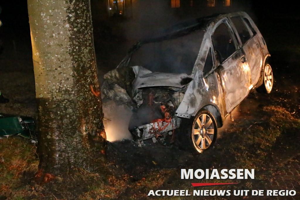 Auto botst tegen boom en brandt uit in Oudemolen
