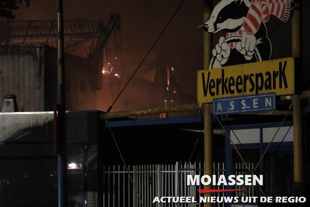 Grote brand uitgebroken in voormalig pand van het Verkeerspark in Assen
