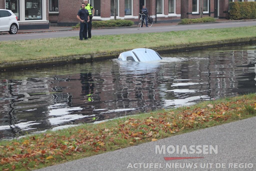 Persoon auto te water aan de Vaart NZ in Assen