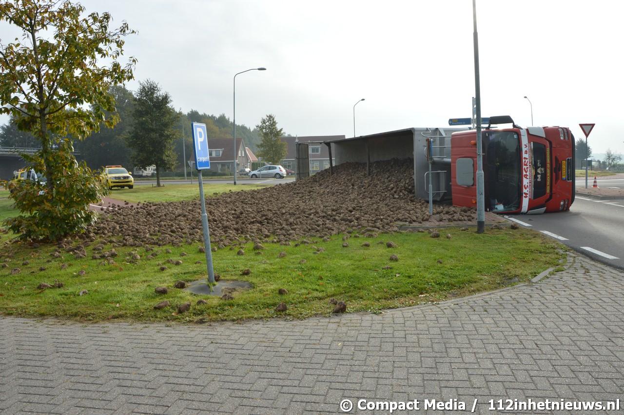 Vrachtwagen geladen met suikerbieten gekanteld in Hoogersmilde
