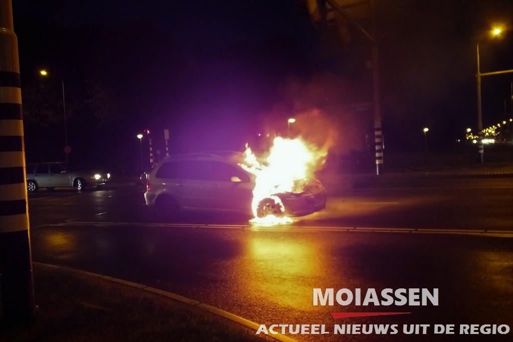 Auto vliegt spontaan in brand in Assen(VIDEO)
