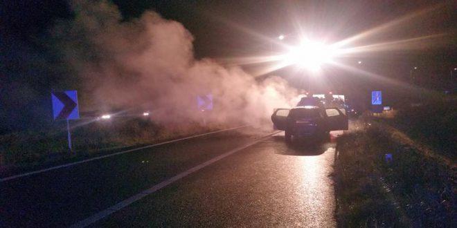Auto in brand op de afrit richting TT Circuit in Assen