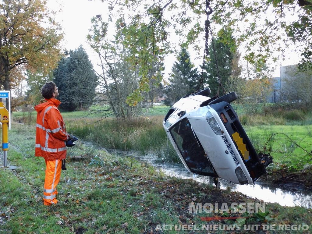 bestuurster personenauto belandt in de sloot in Graswijk