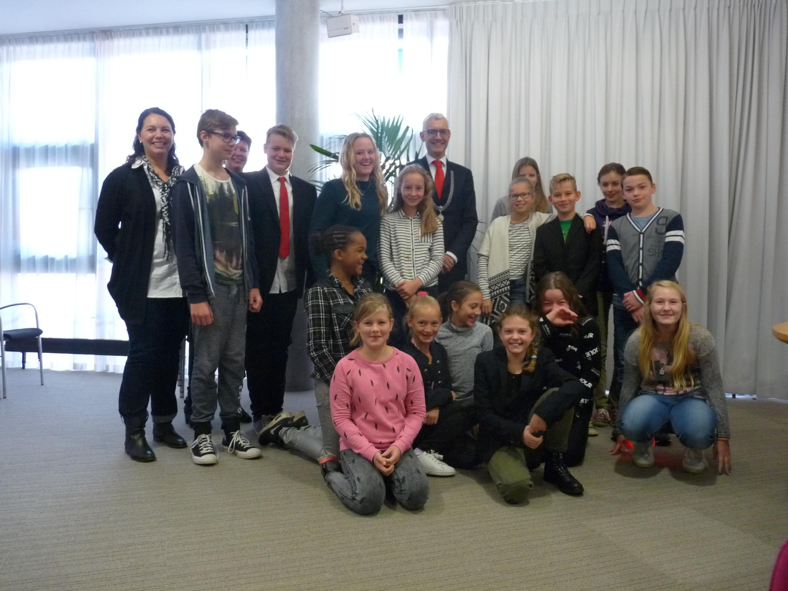 Leerlingen van de Vredeveldschool ontbijten met burgemeester Marco Out
