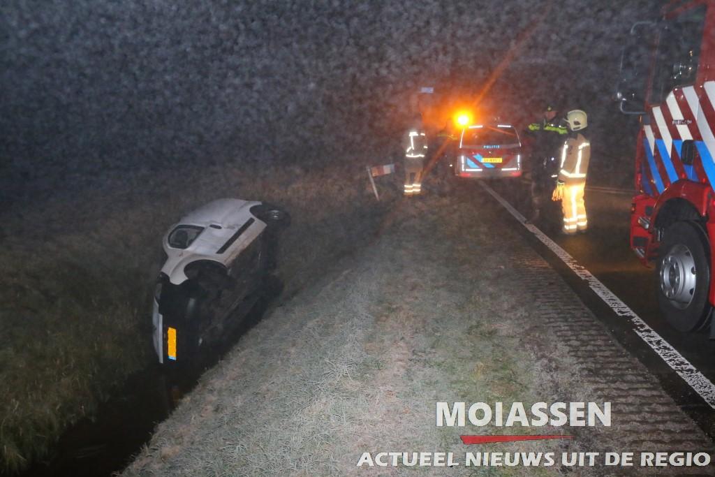 Bestelauto van de weg in Gasselternijveen
