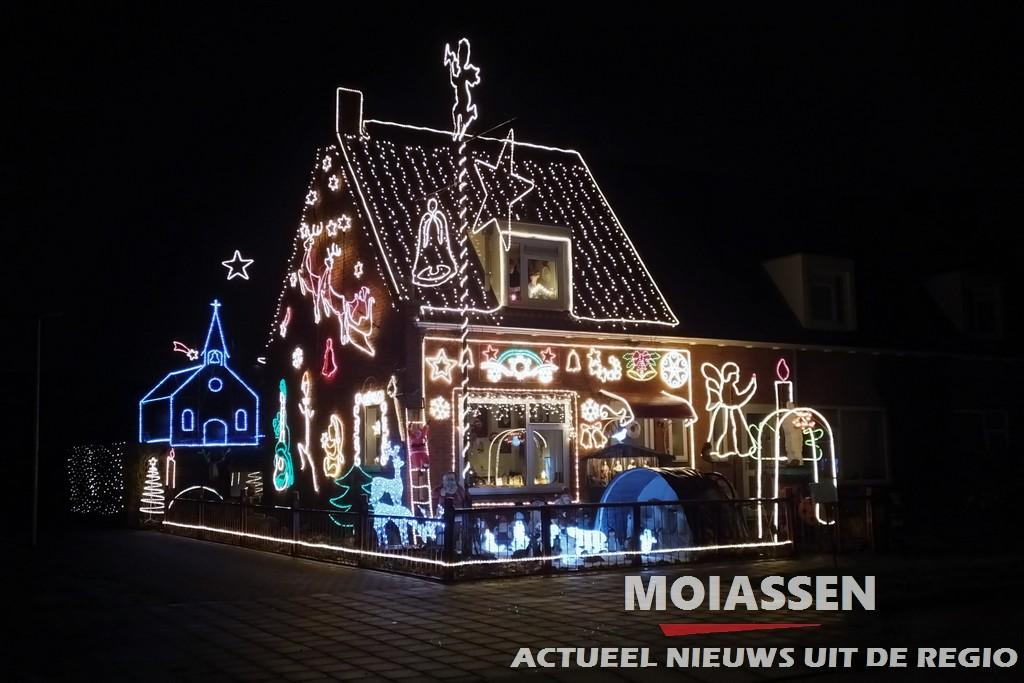 Mensen genieten van verlichte huis van de familie Knol in Assen