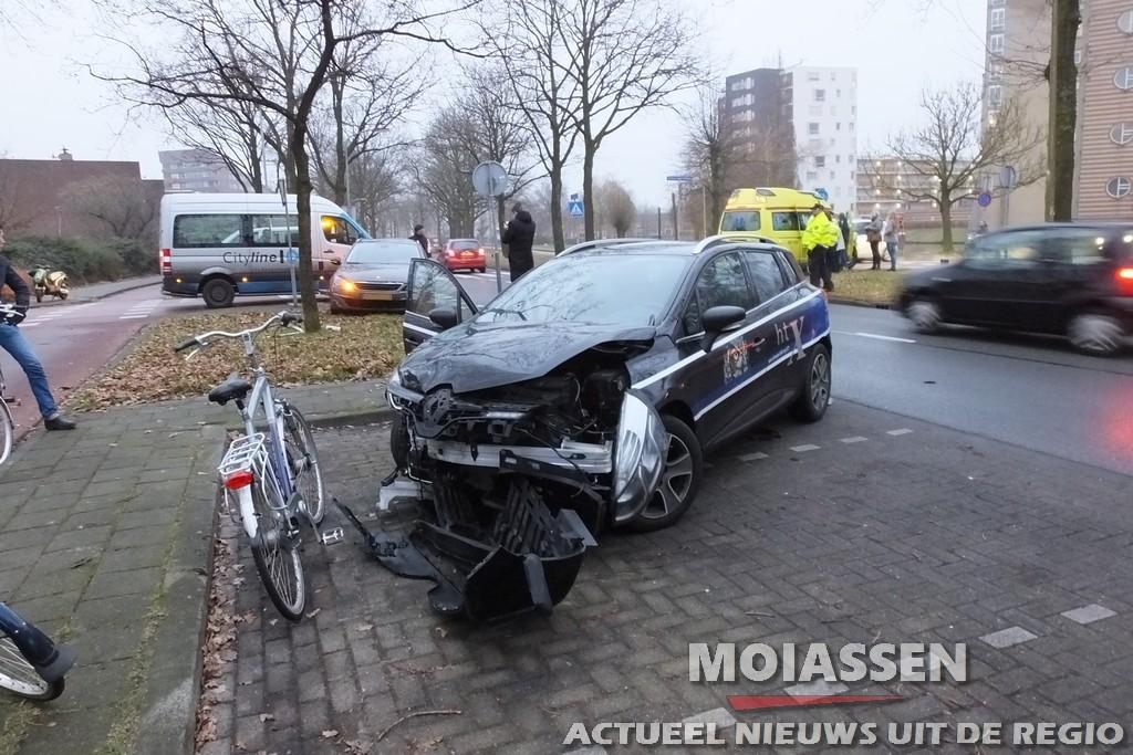 Gewonde bij botsing auto's  op de kruising van de Selma Lagerlöflaan en de Maria in Campislaan in Assen