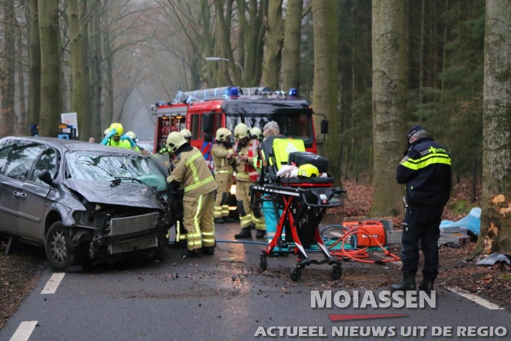 Man en twee kinderen gewond na aanrijding tegen boom