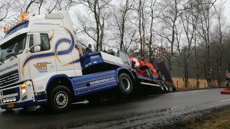 Vrachtwagen belandt in sloot bij Papenvoort