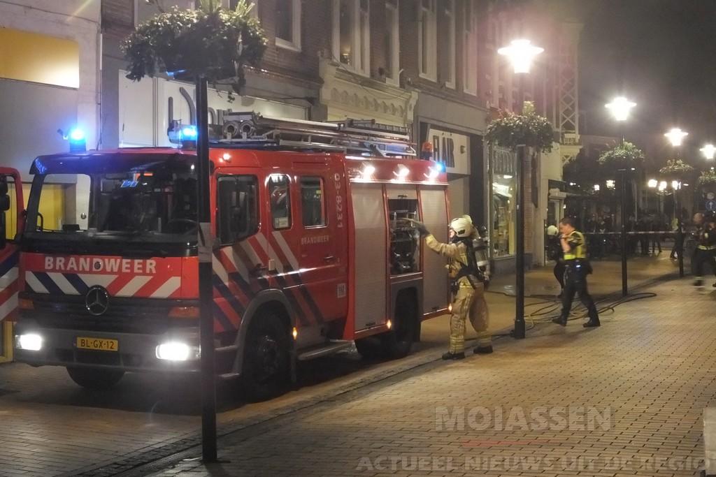 Brand breekt uit in woning boven kledingwinkel Flair aan de Marktstraat in Assen (VIDEO)